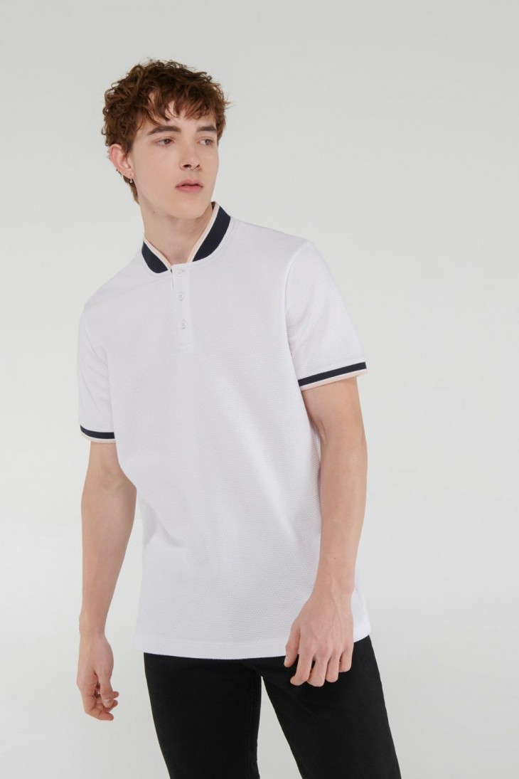Camiseta Polo unicolor, cuello tejido con rayas.