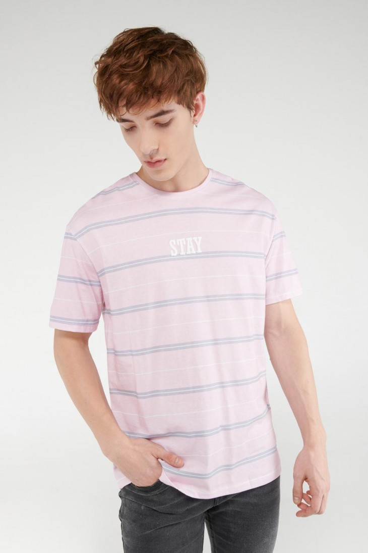 Camiseta manga corta a rayas estampada.